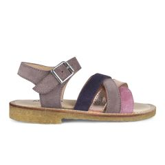 Sandal with adjustable buckle closure