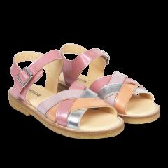 Sandal with adjustable buckle closure
