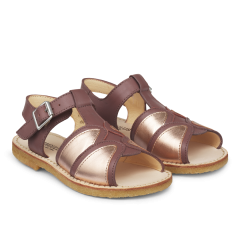 Open sandal with buckle closure