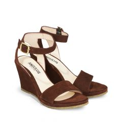 Sandal w. open toe and wedge heel.