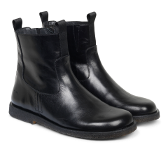 Boot with wide fit and zipper